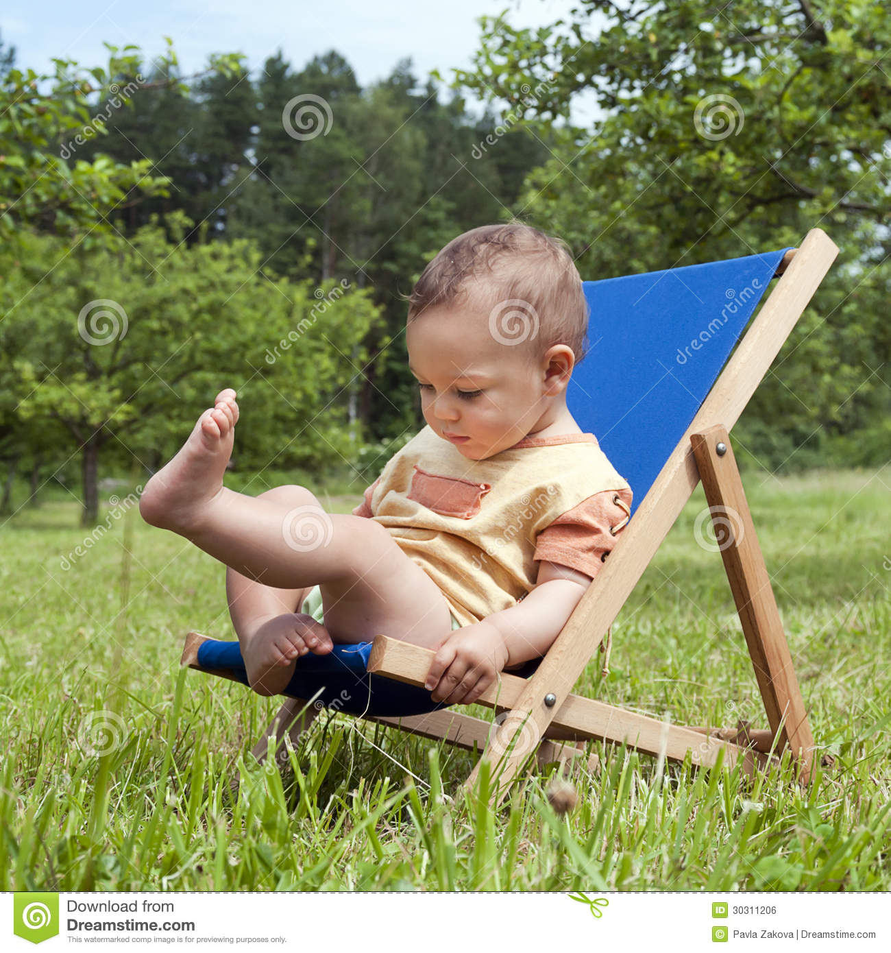 Kids Stock A Wide Selection Of Luxury Premium Cotton: Baby On Deckchair In Garden Stock Photo