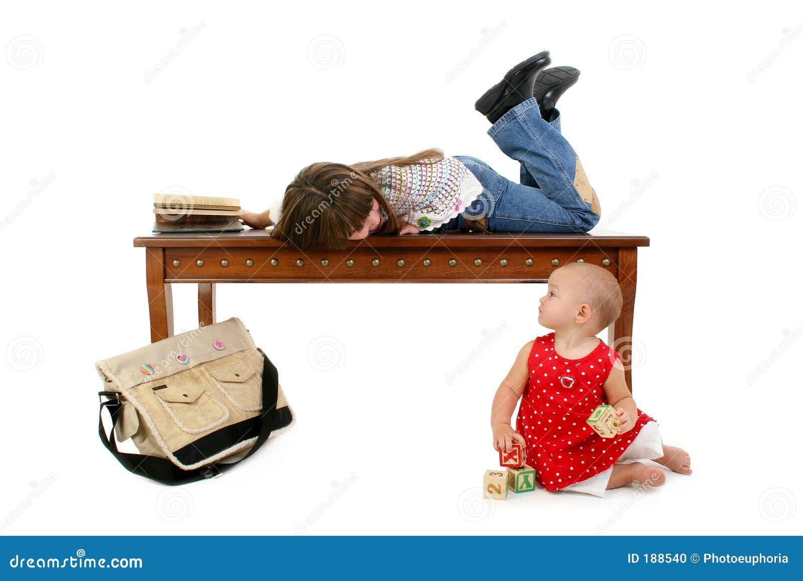 Baby und große Schwester, die heraus hängen
