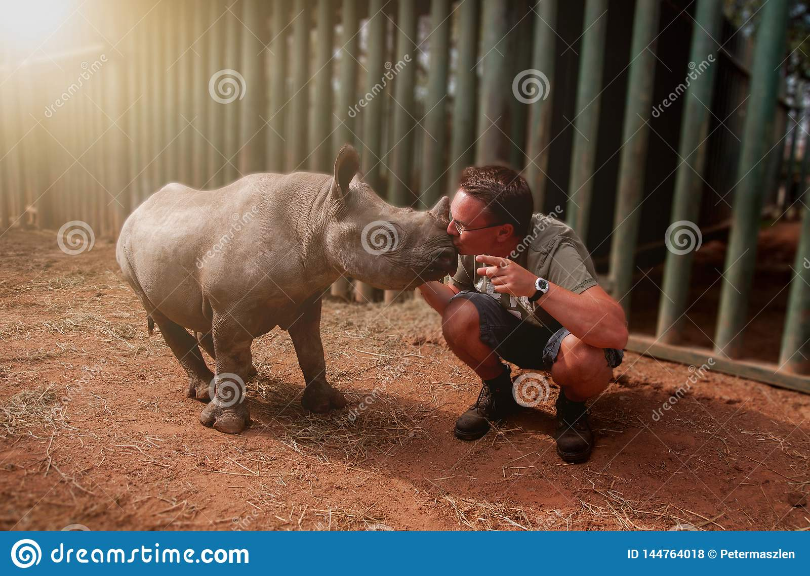 Baby van de jonge mensen de kussende rinoceros