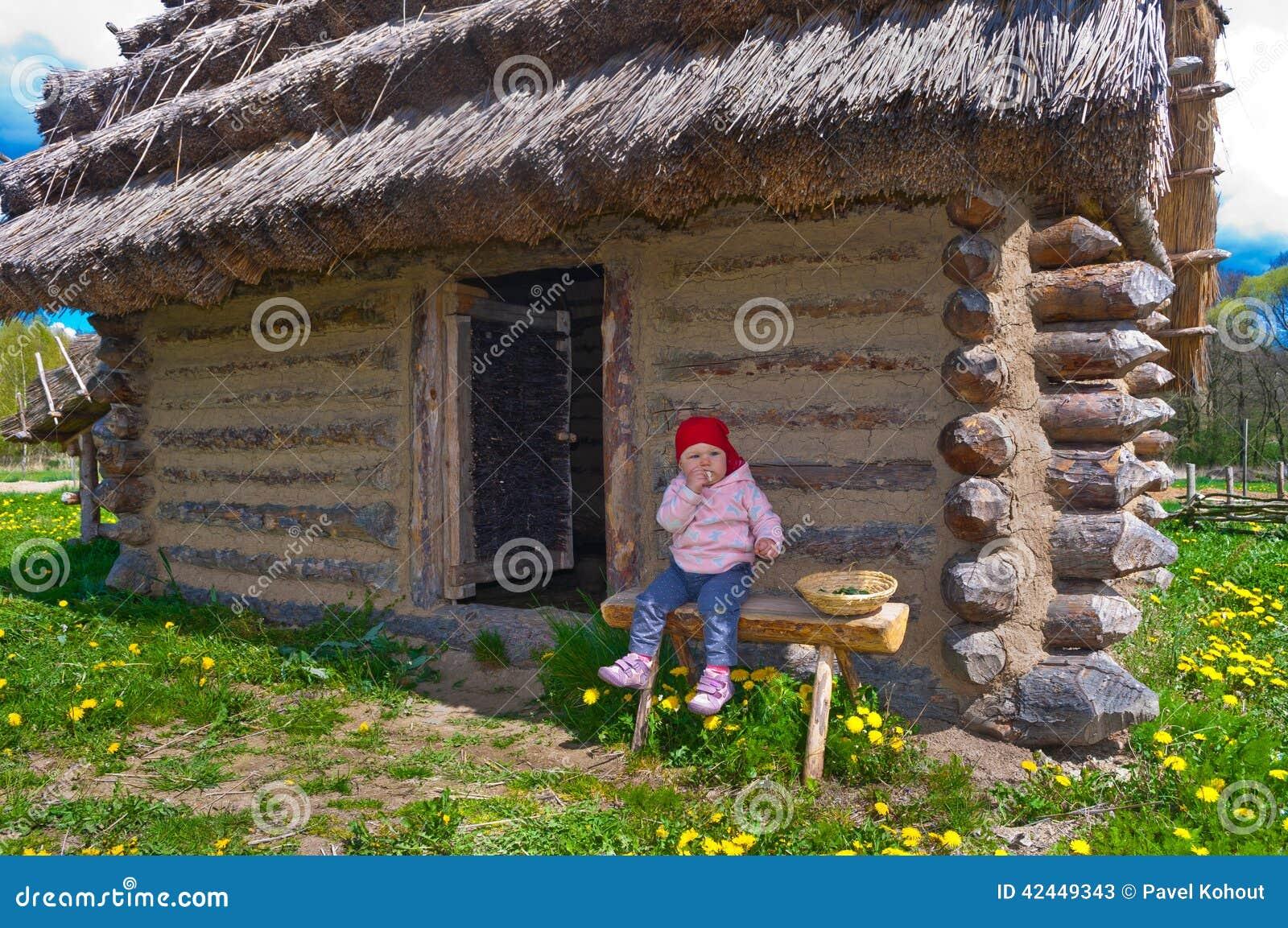 Baby von den historischen Hütten
