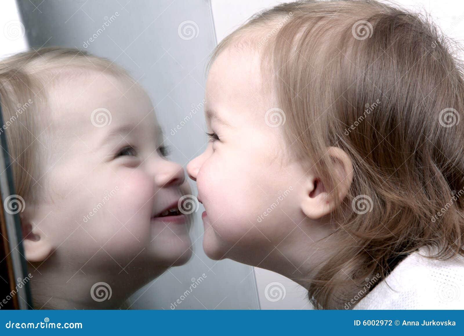 Baby voor spiegel