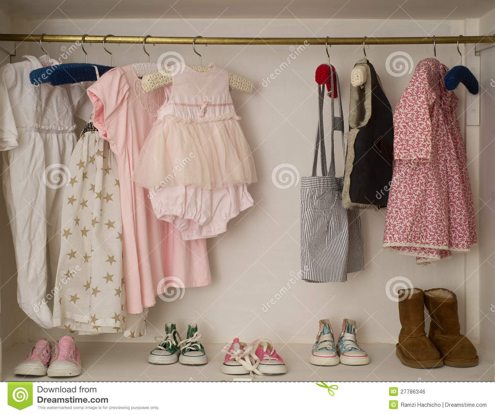 Baby-Wandschrank mit hängendem Kleid u. Matten