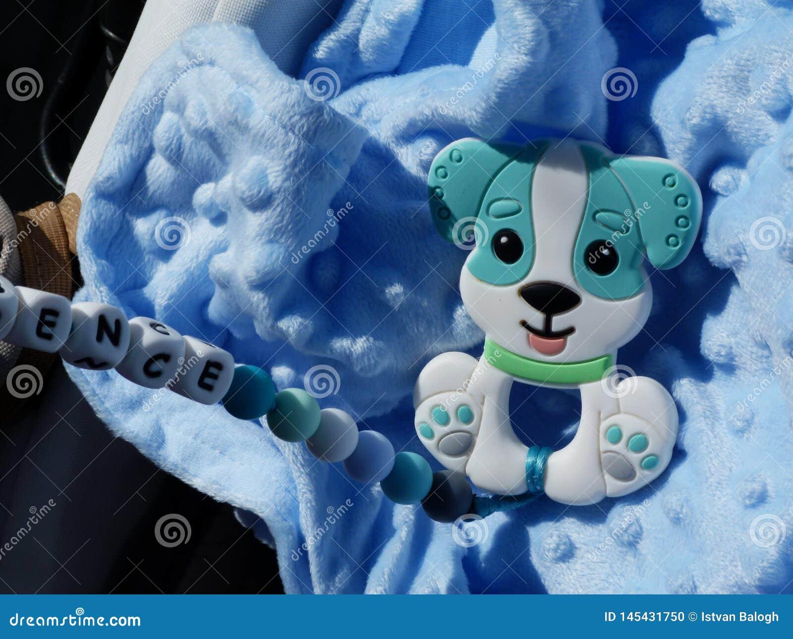 Babyblauvliesmaterial- und -babyspielwaren im hellen Sonnenschein