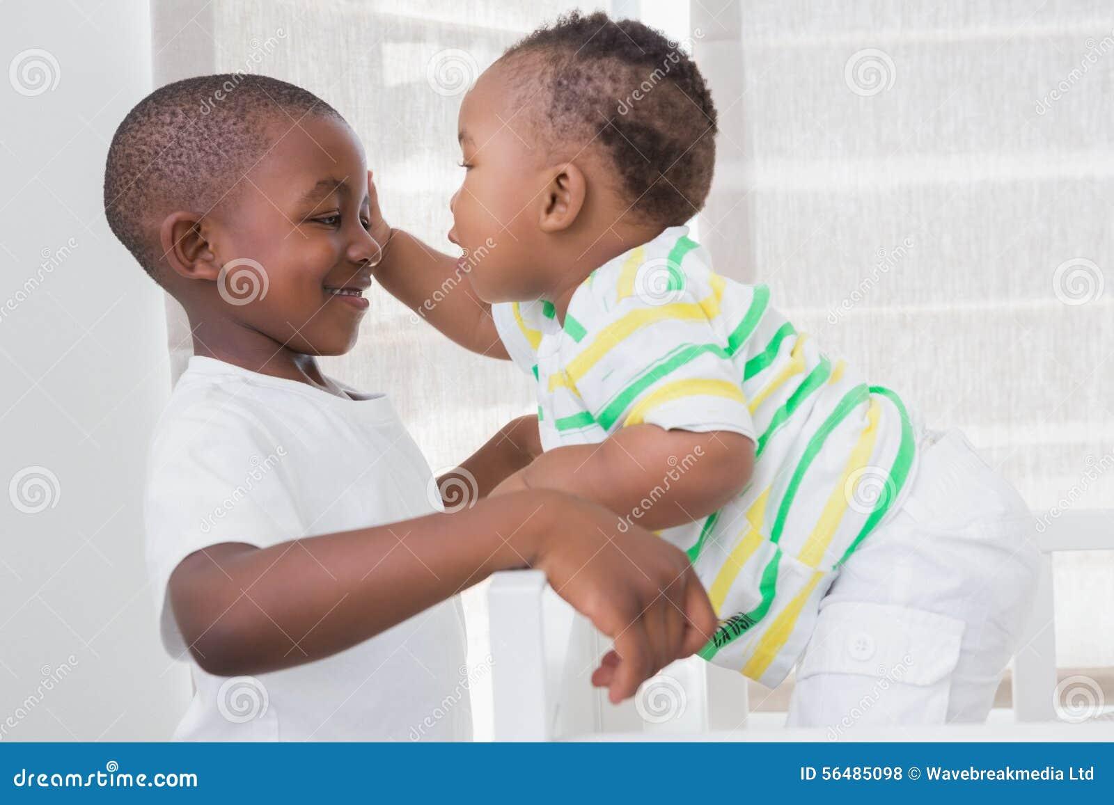 Babyboy jouant avec son frère dans son lit