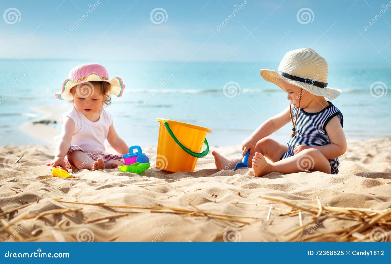 Babygirl和babyboy开会在海滩