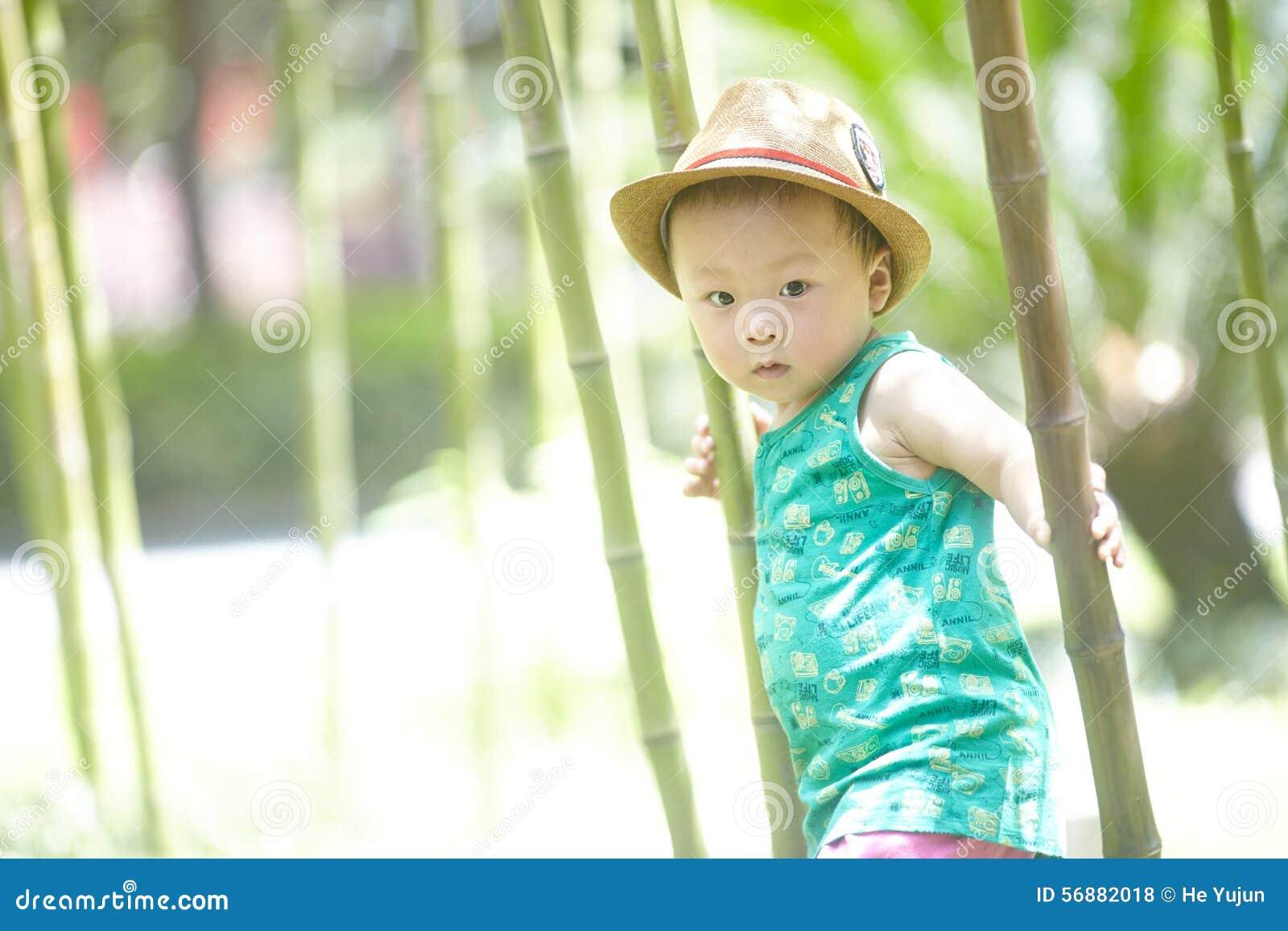Babyjongen in de zomer