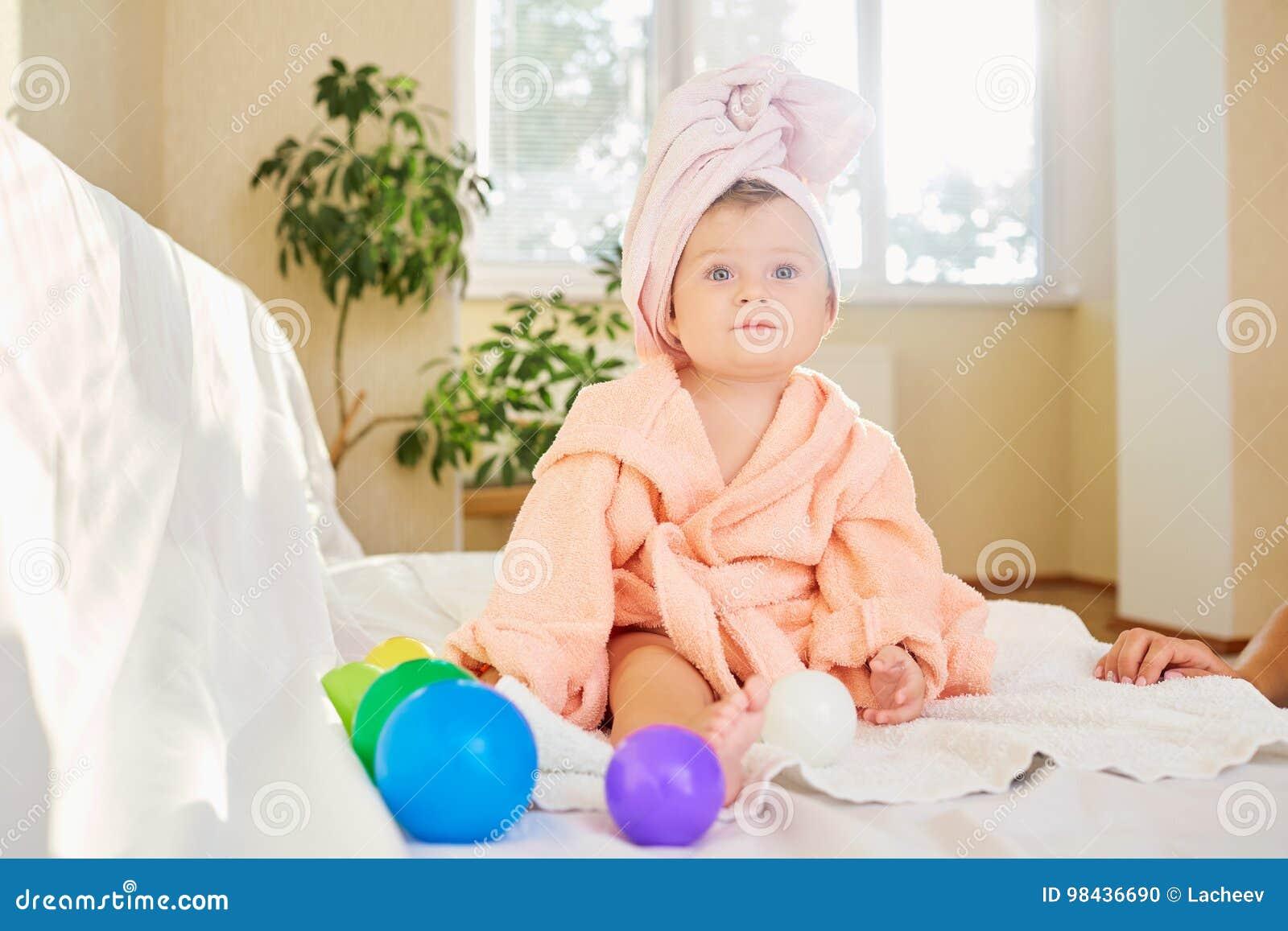 Babykind in de badjas en handdoek op zijn hoofd na het baden I