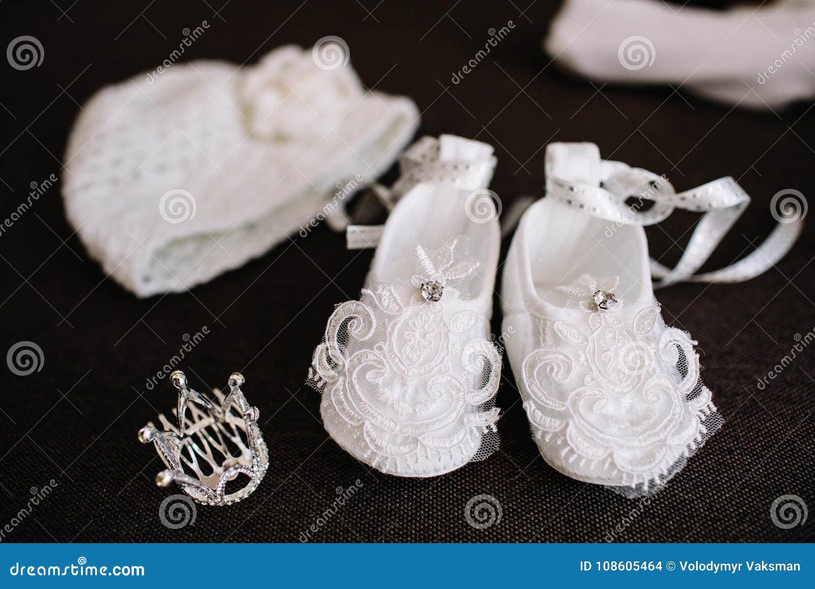 Babykleren voor pasgeboren op grijze deken