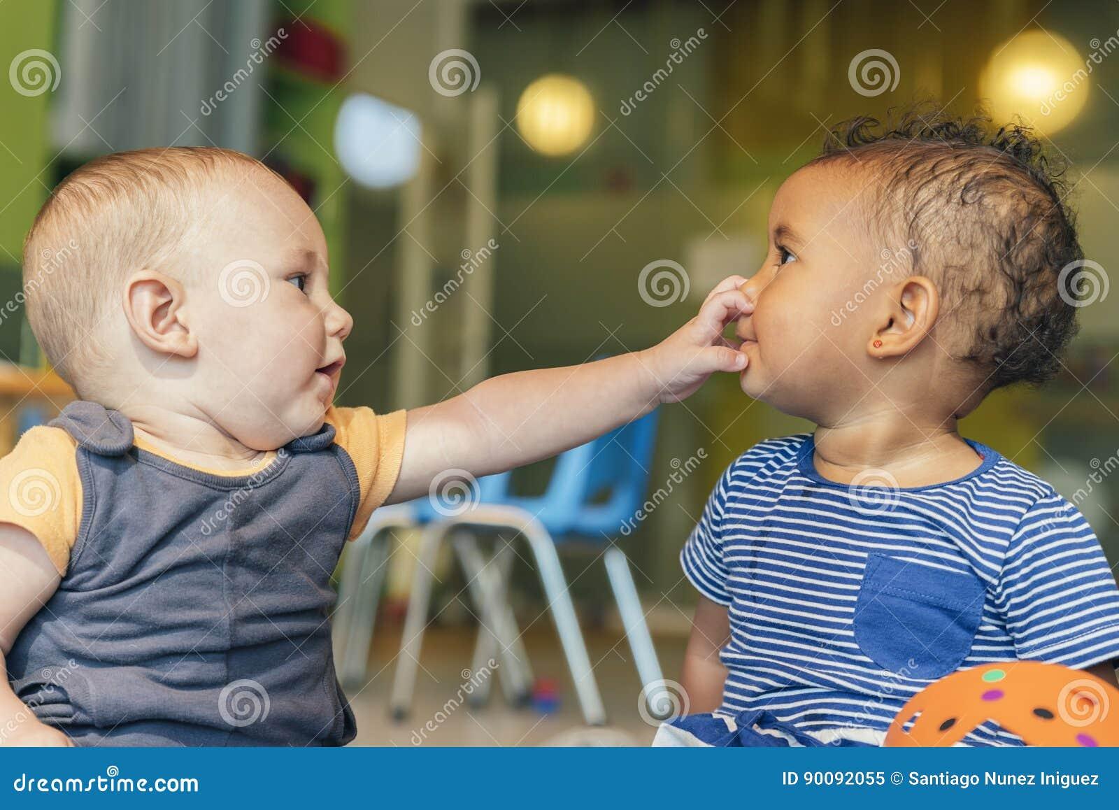 Babys che gioca insieme