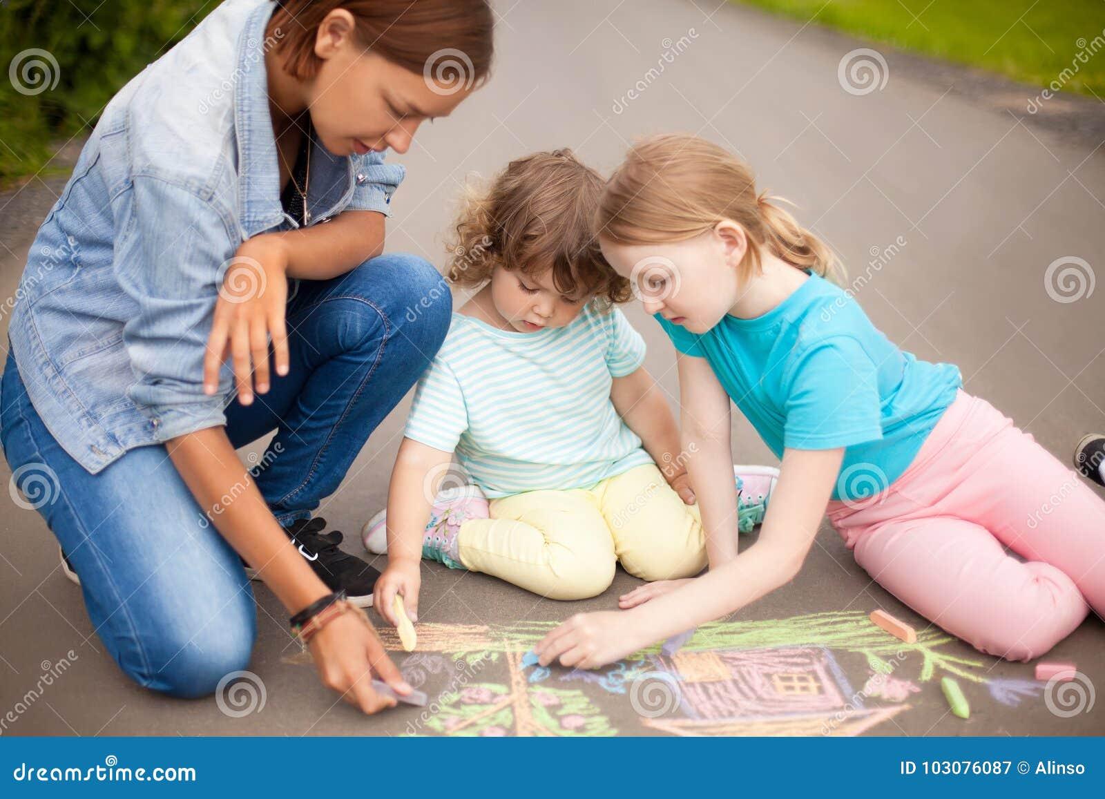 Babysitter eller dagisbegrepp Barn som drar med färg