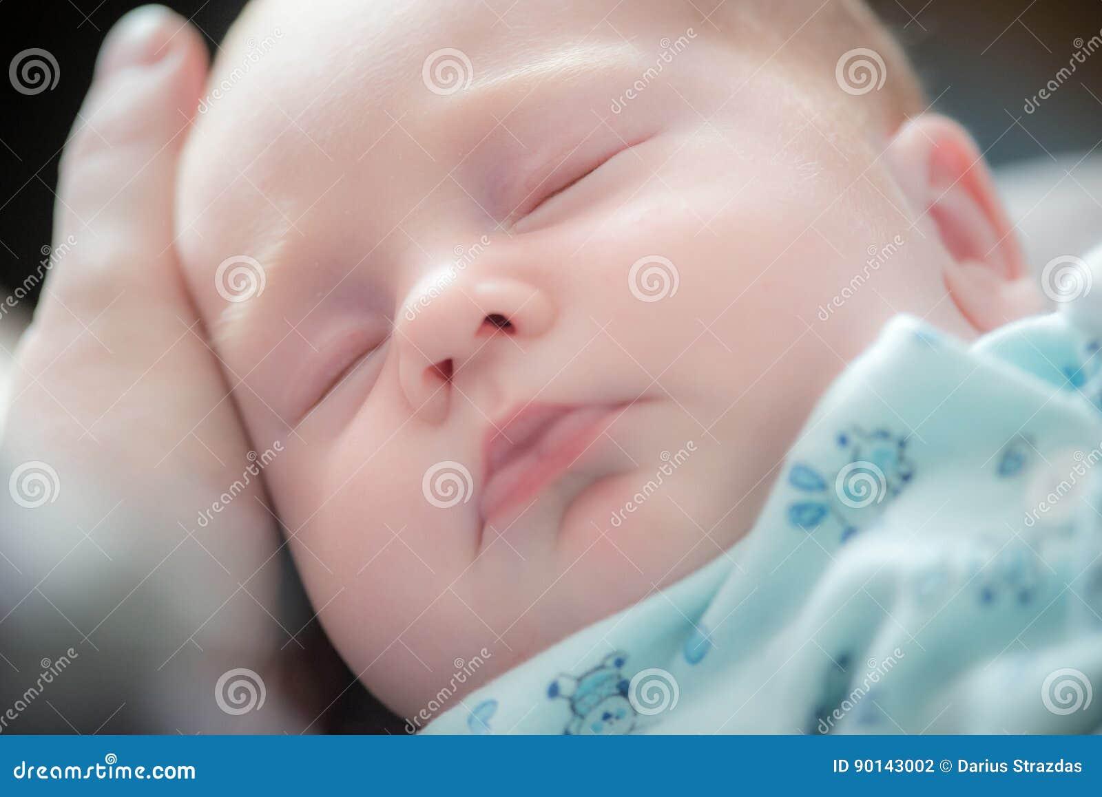Babyslaap, hand op zijn hoofd