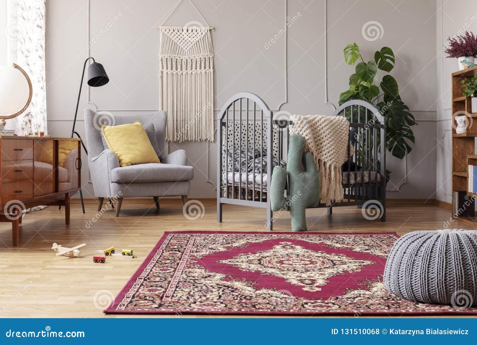 Babyslaapkamer met uitstekend meubilair, echte foto met exemplaarruimte