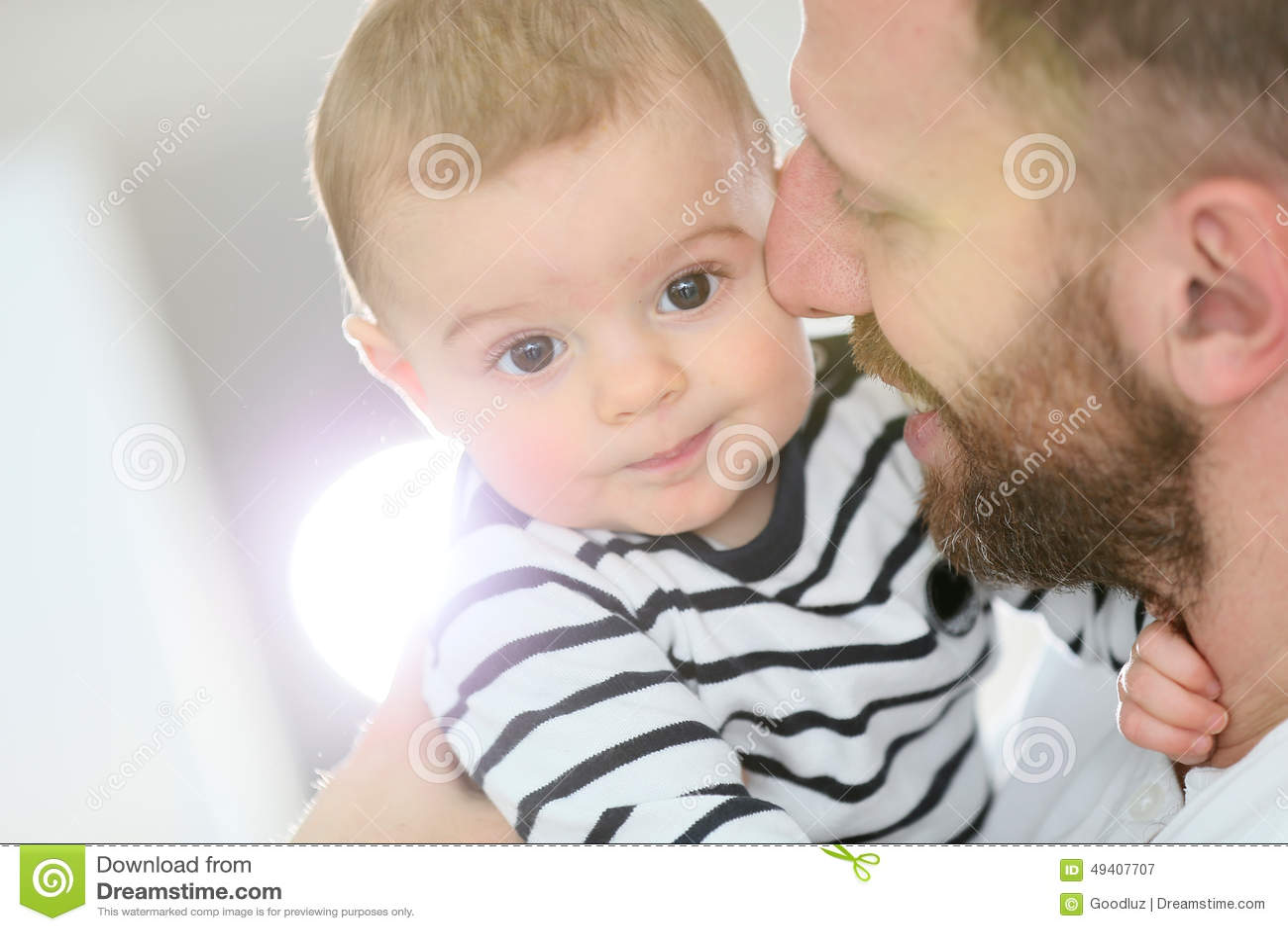 Download Babysohn In Den Armen Seines Streichelnden Vaters Stockbild - Bild von lustig, adorable: 49407707