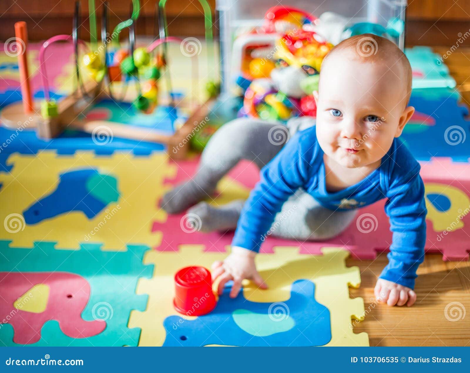 Babyspel in zijn ruimte, veel speelgoed