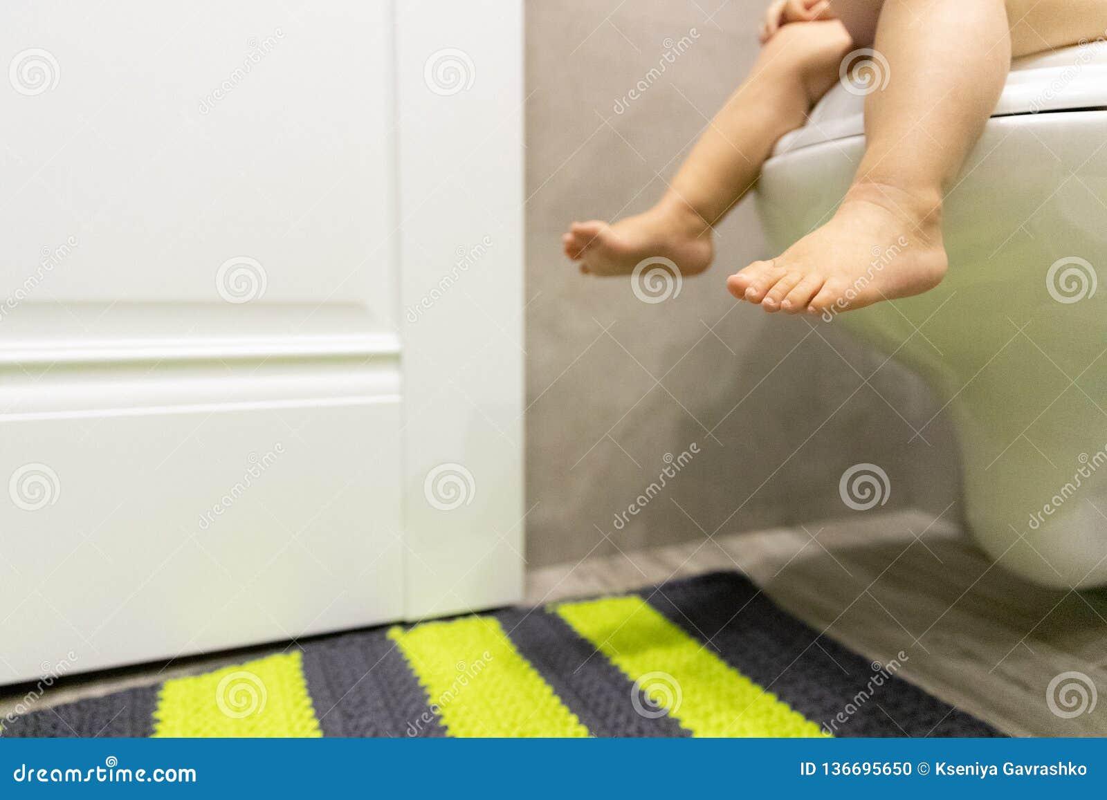 Babyvoeten op het Toilet Kinderen` s concept restroom