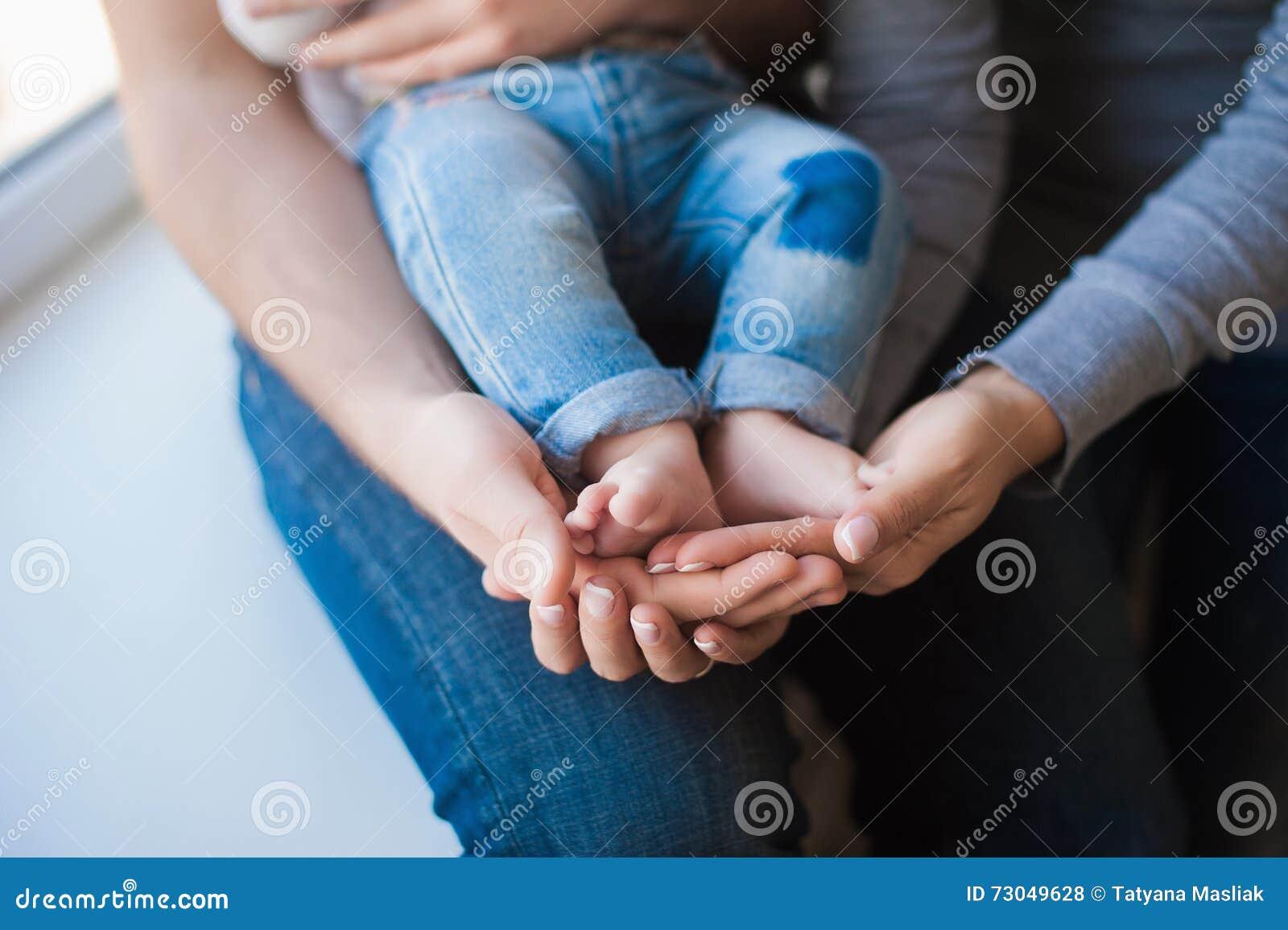 Babyvoeten op vader en moederhanden stock foto afbeelding 73049628 - Baby voet verkoop ...