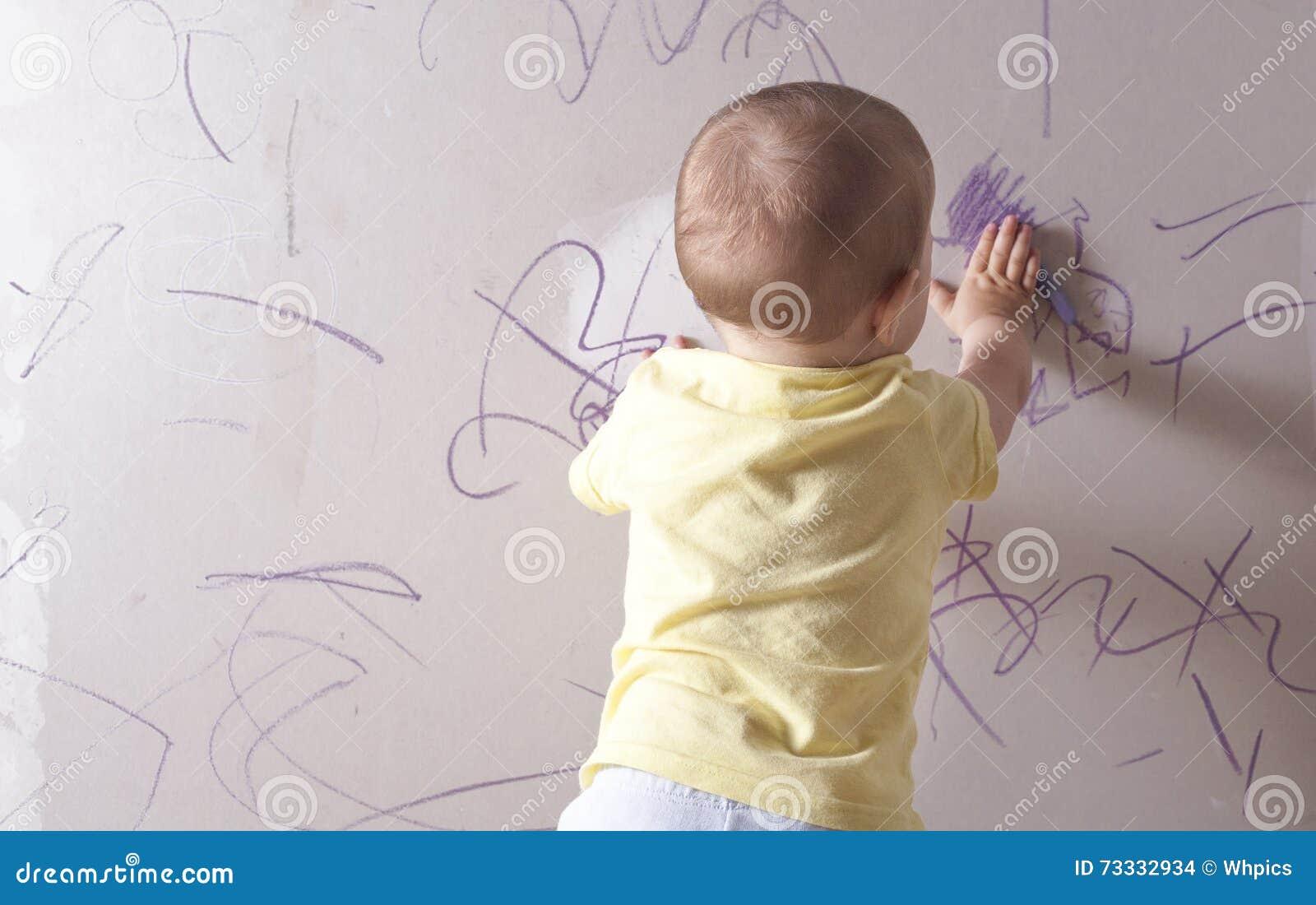 babyzeichnung auf gipskartonwand stockfoto - bild von schätzchen