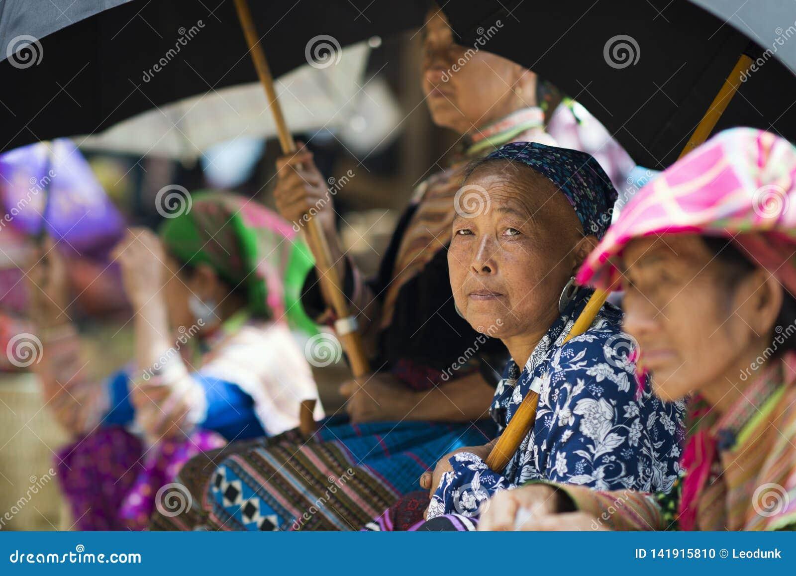 Bac Ha, Sapa, Vietnam - 08 17 2014: De kleurrijke etnische Vrouwen van Bloemhmong in Bac Ha Market De groep van de bloemh 'mong e