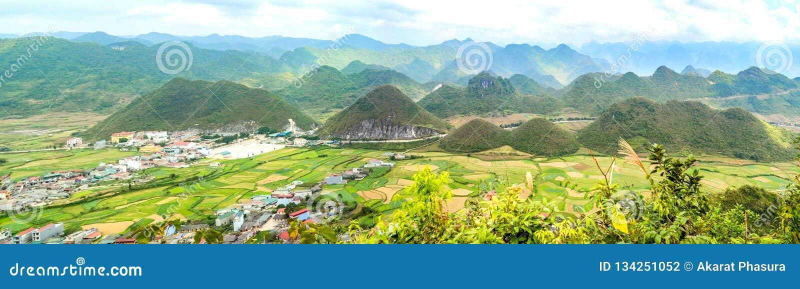 Bac Son-Tal Einfassung mit Reisfeld in der Erntezeit, Lang Son-Provinz, Vietnam