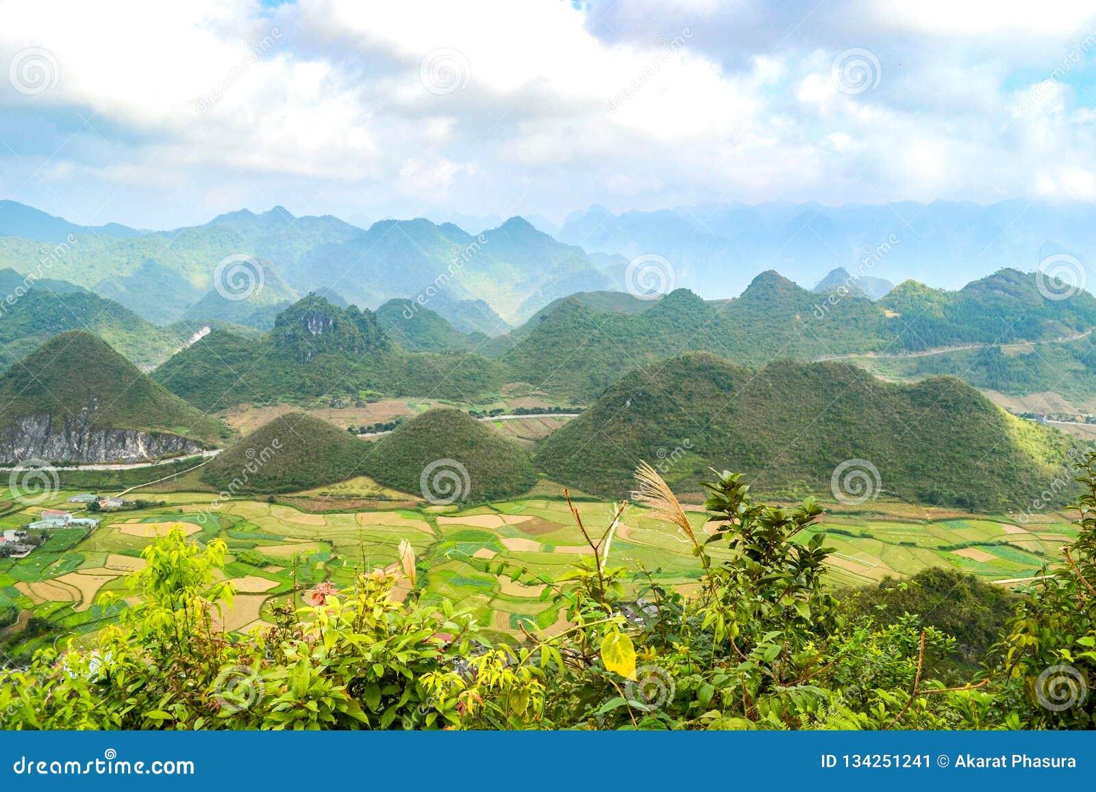 Bac Son-Tal mit Reisfeld in der Erntezeit, Lang Son-Provinz, Vietnam