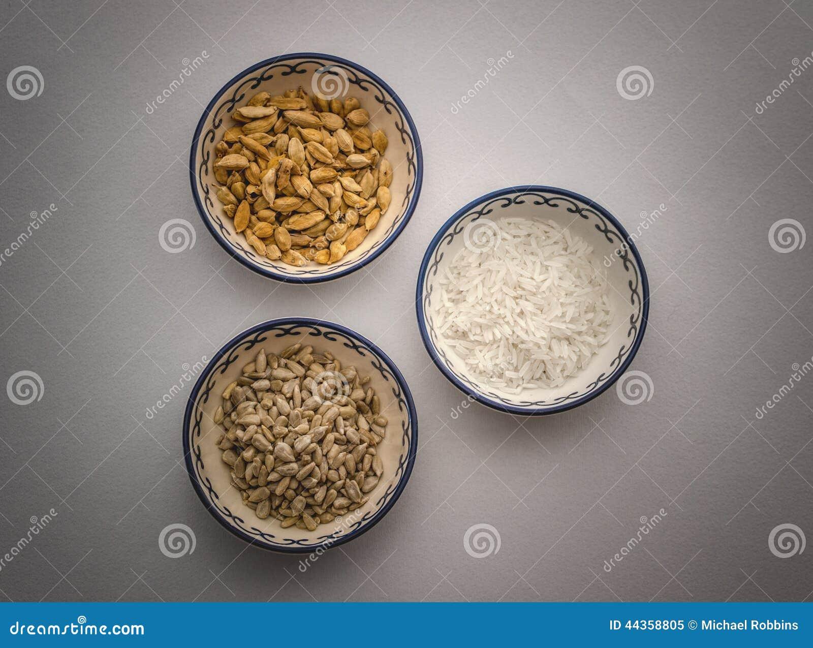 Baccelli del cardamomo, riso, pinoli