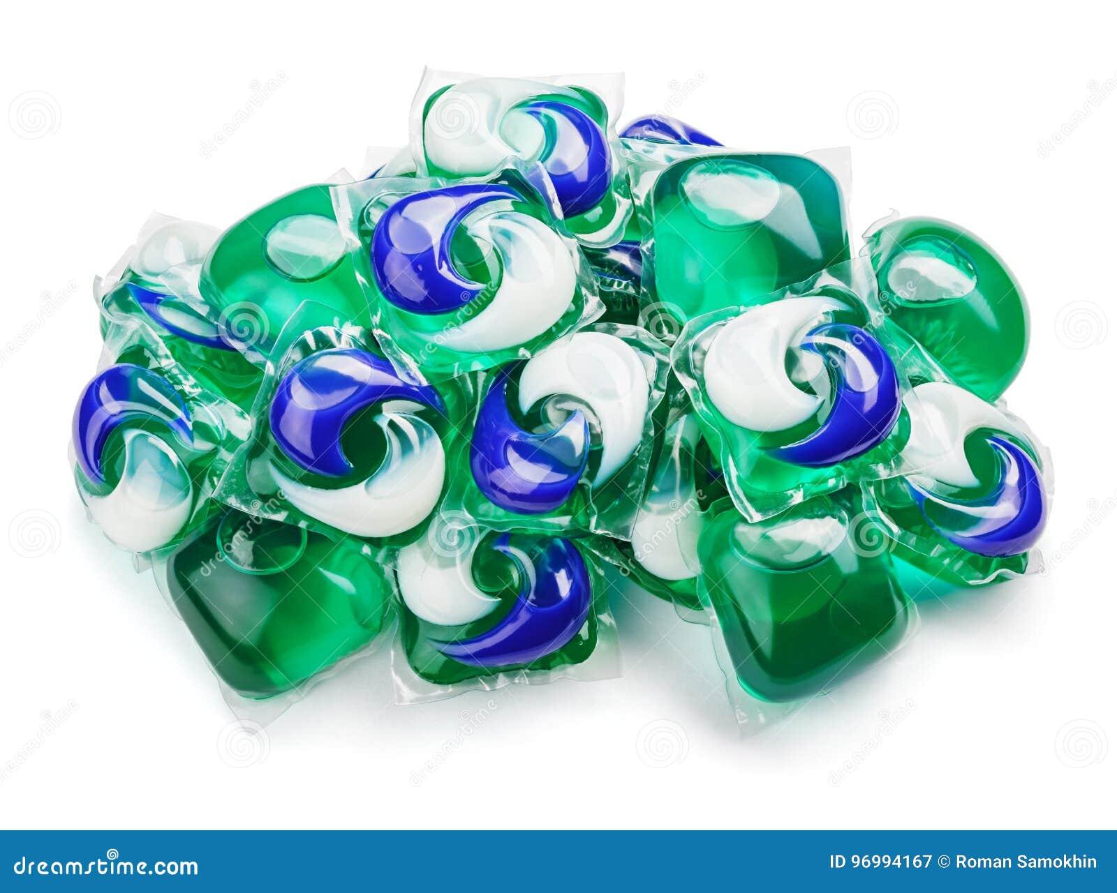 Baccelli della capsula di gel con il detersivo di lavanderia su bianco