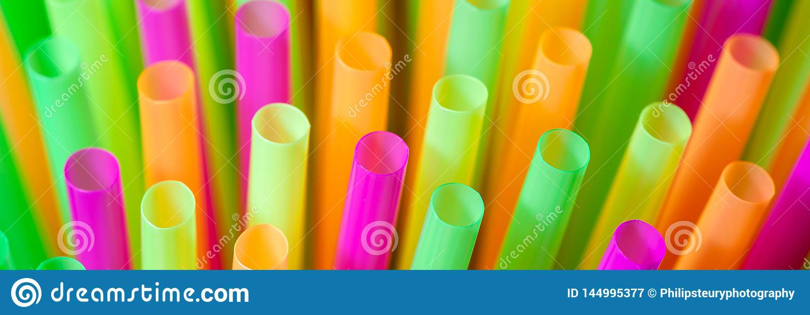 Ζωηρόχρωμα πλαστικά άχυρα