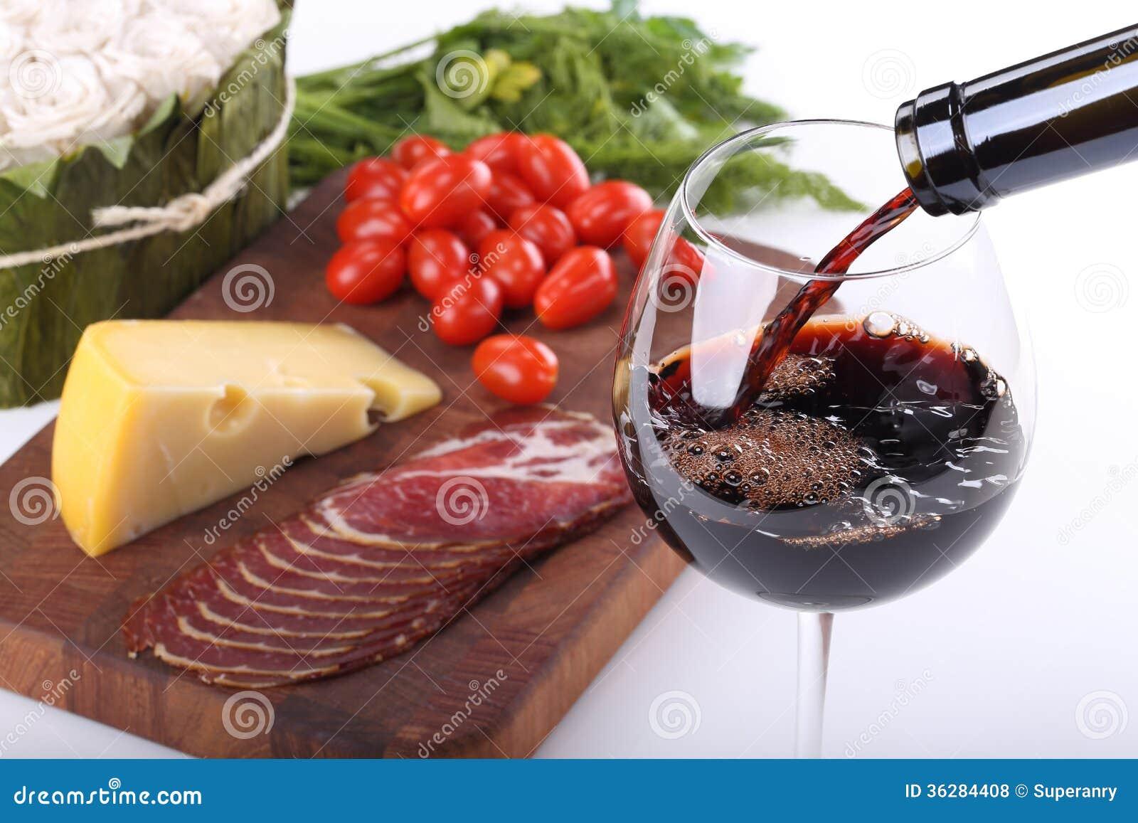 Bachground de versement de vin rouge et de nourriture