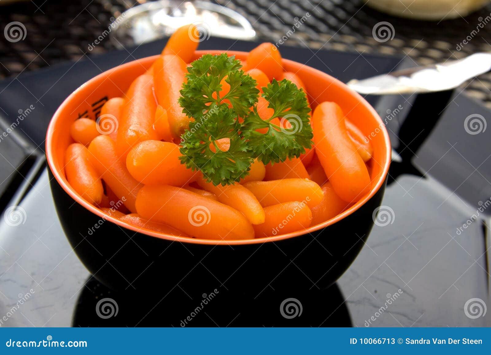 Bacia com cenouras frescas