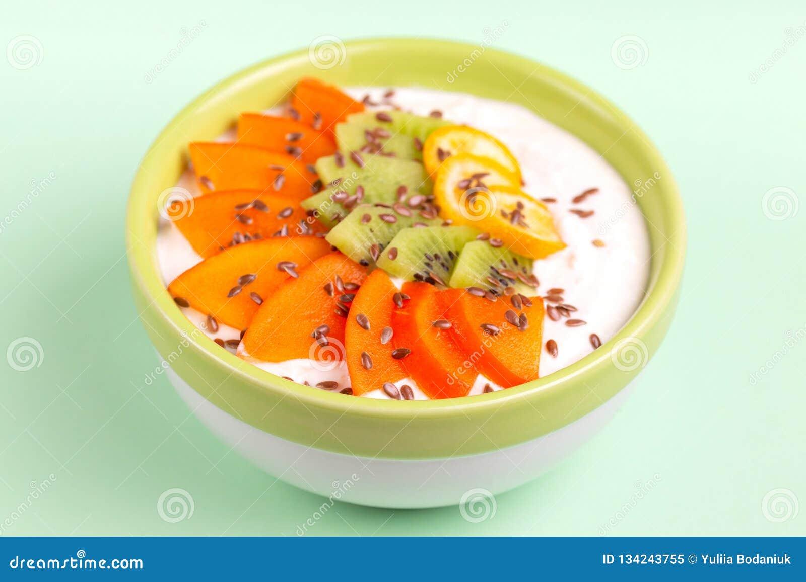 Bacia de Acai com batido da baunilha, caqui fresco, quivi, kumquat