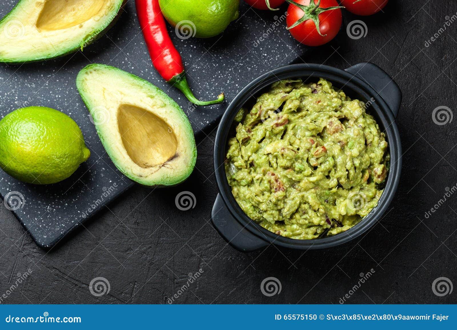 Bacia de guacamole com ingredientes frescos