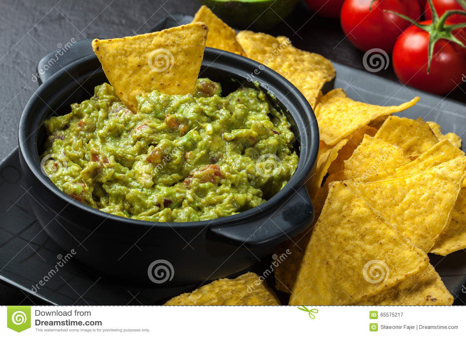 Bacia de guacamole com microplaquetas de milho