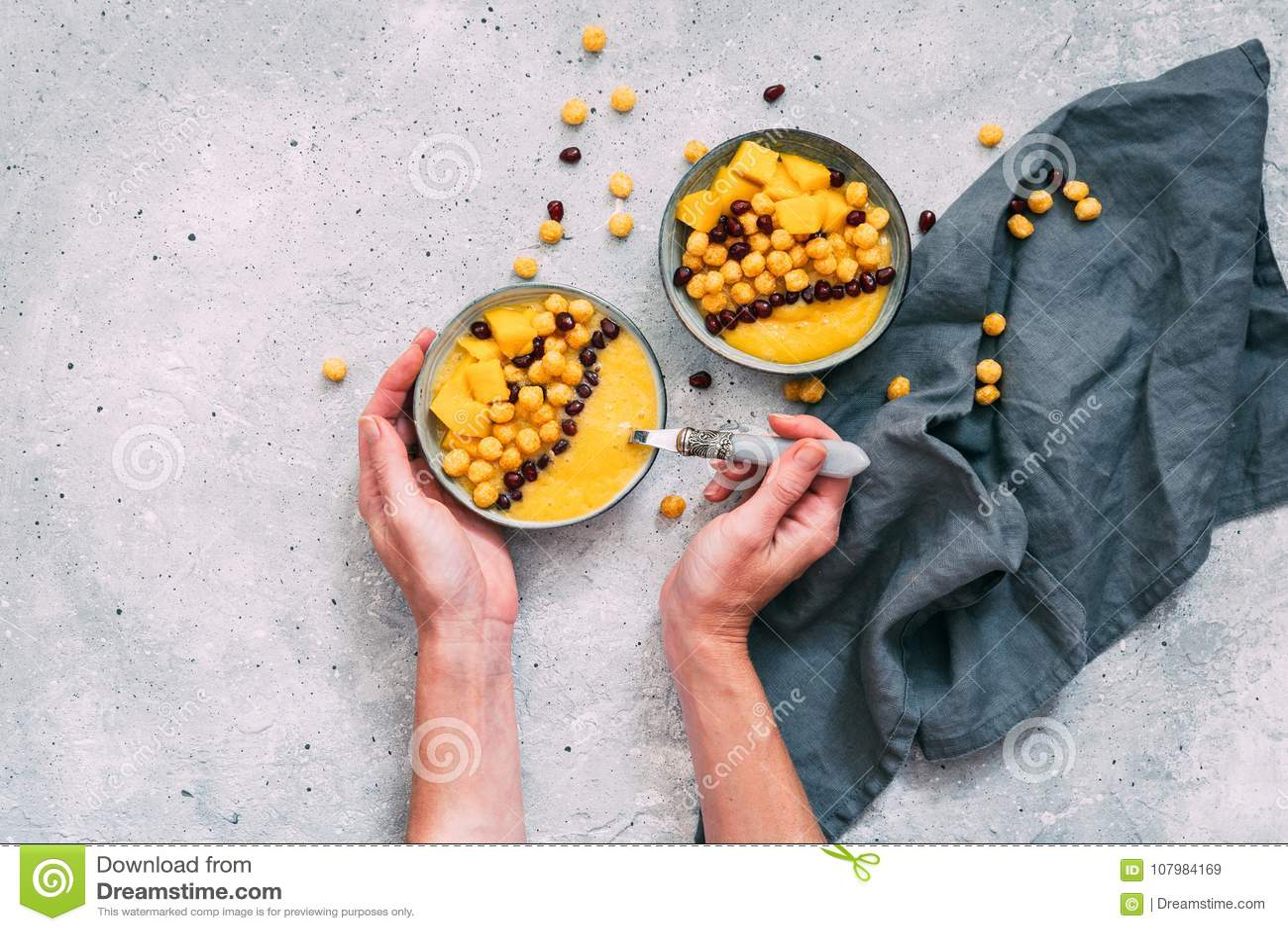 Bacia de manga fresca saudável no fundo cinzento