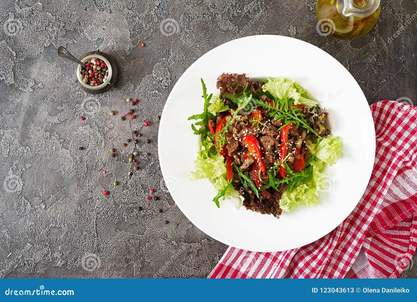 Bacia de salada saudável com carne da carne, pimentas doces, cebolas