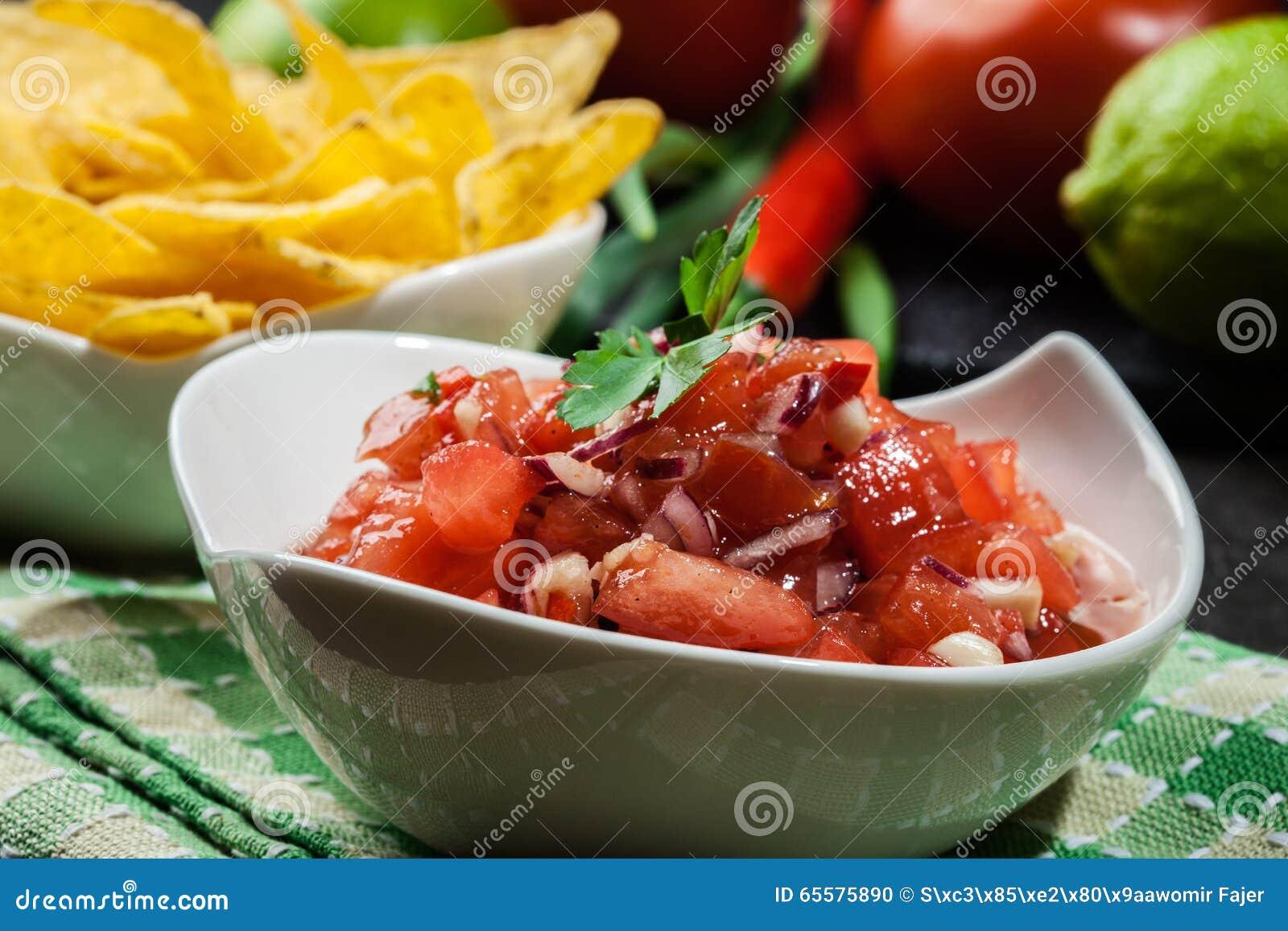 Bacia de salsa fresca com microplaquetas de tortilha