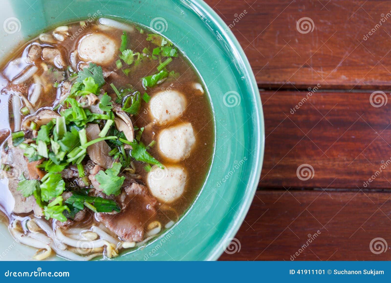 Bacia de sopa de macarronete tailandesa pungente da carne de porco
