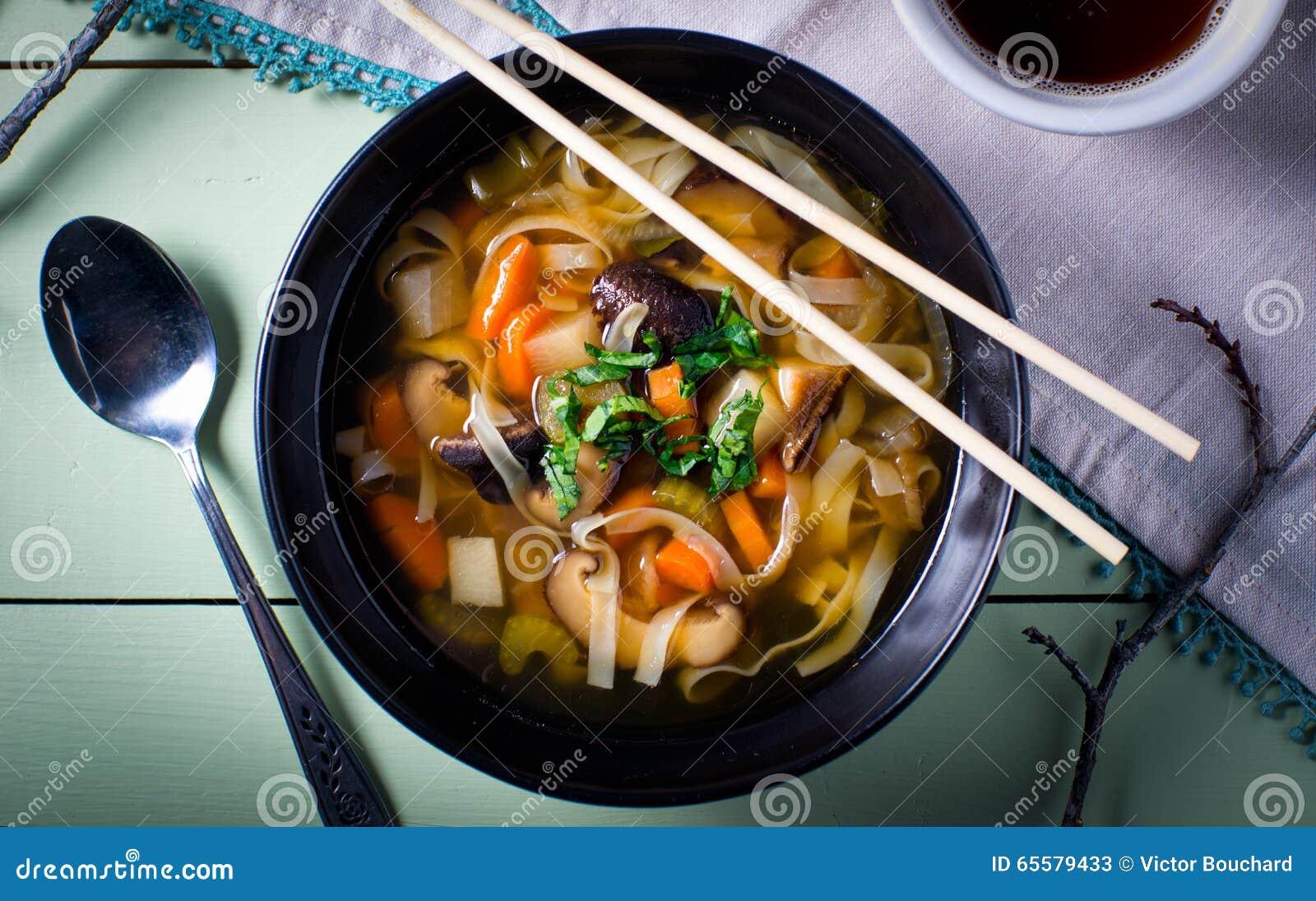 Bacia de sopa vegetal asiática do macarronete
