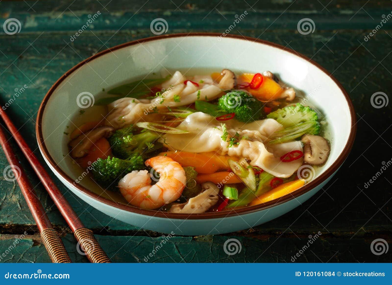 Bacia de sopa de wonton oriental saboroso com vegetais