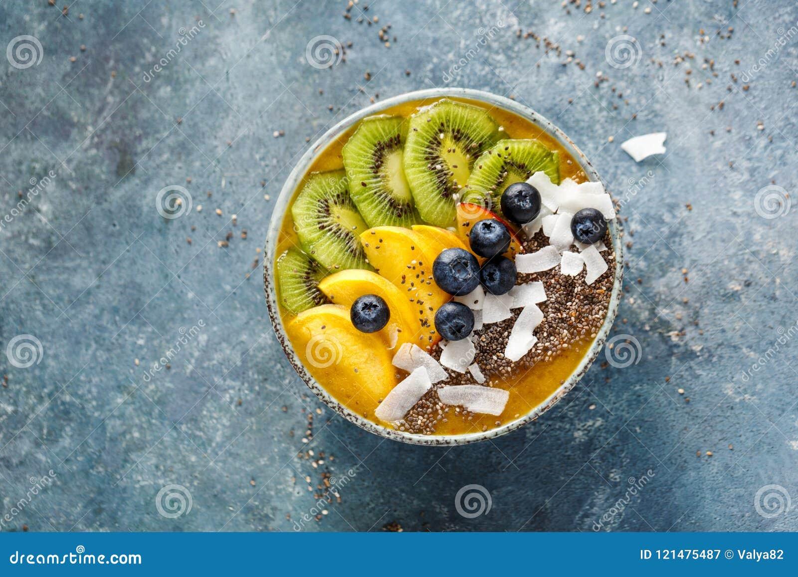 Bacia do batido com frutos
