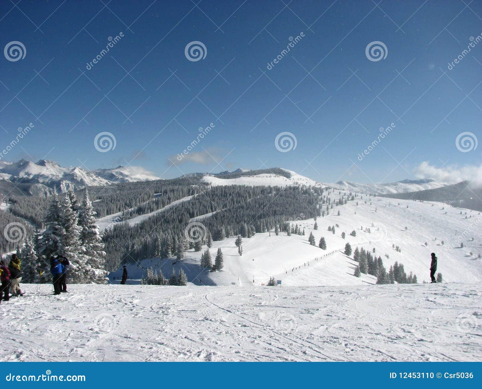 A bacia do céu azul negligencia Moutains