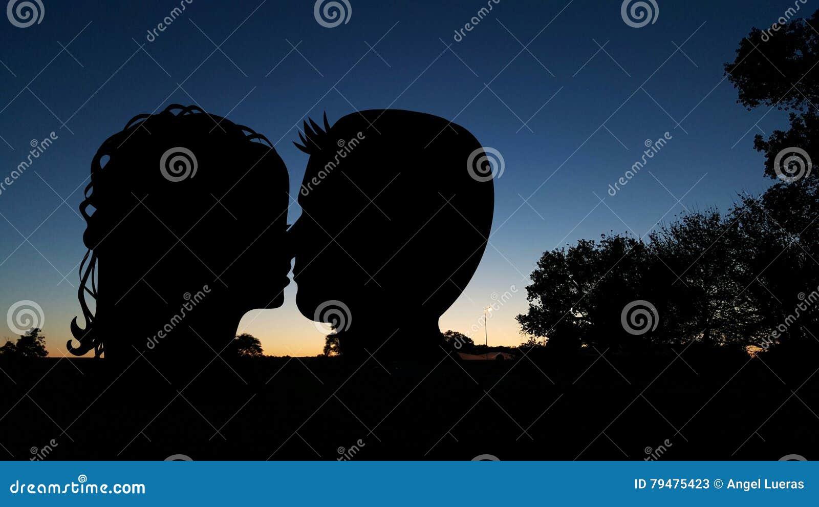 Baciare delle coppie della siluetta