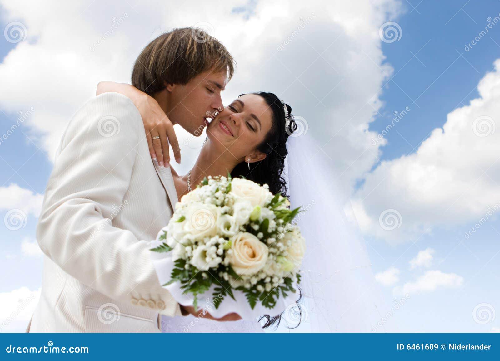 Baciare dello sposo della sposa