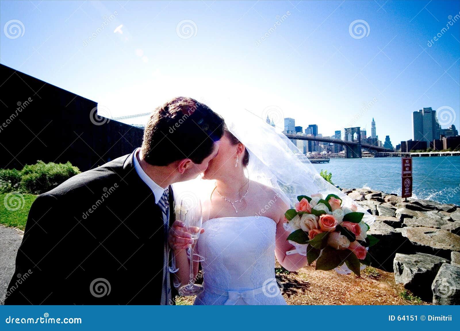 Baciare dello sposo e della sposa