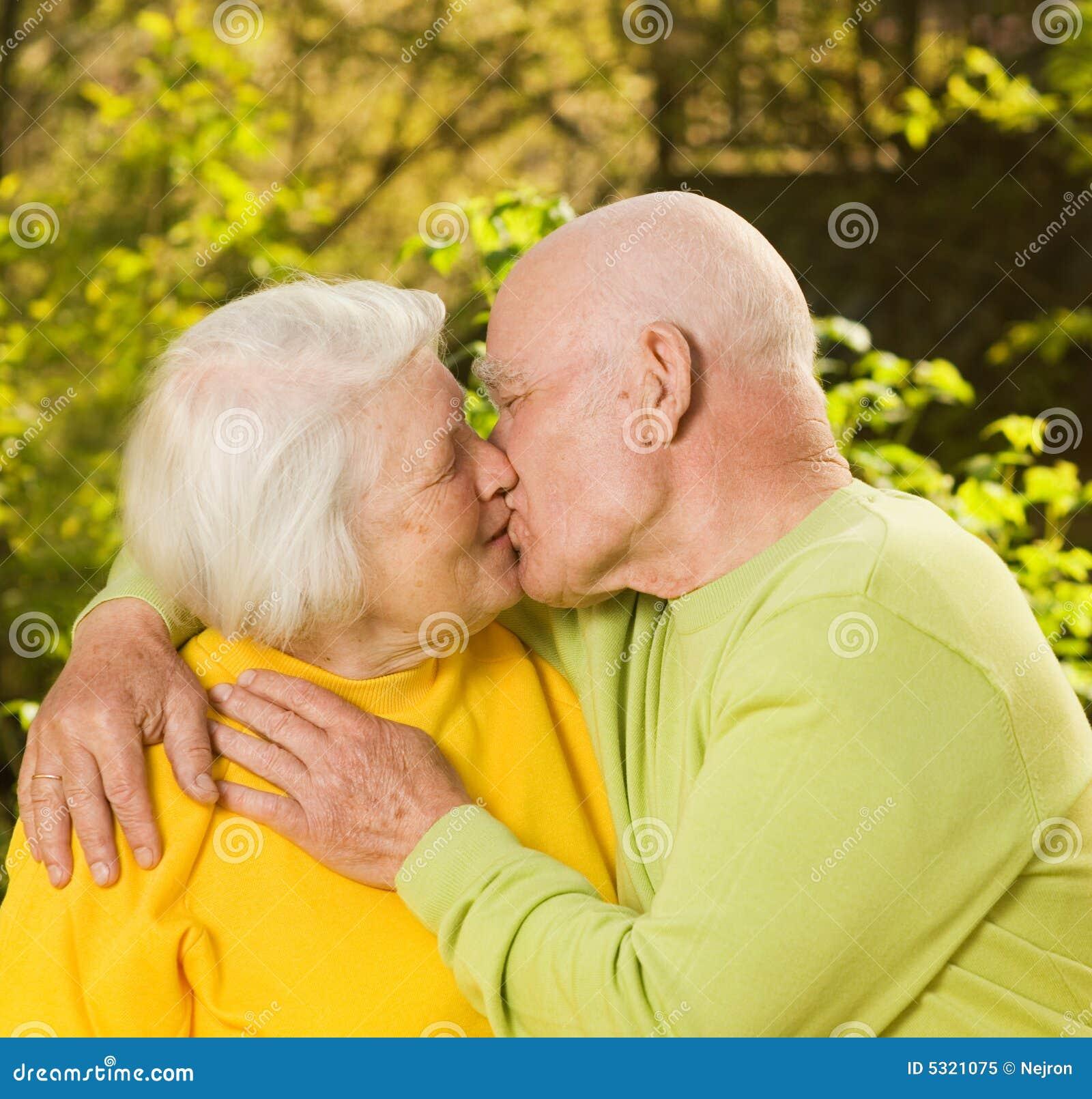 Download Baciare le coppie maggiori immagine stock. Immagine di amore - 5321075