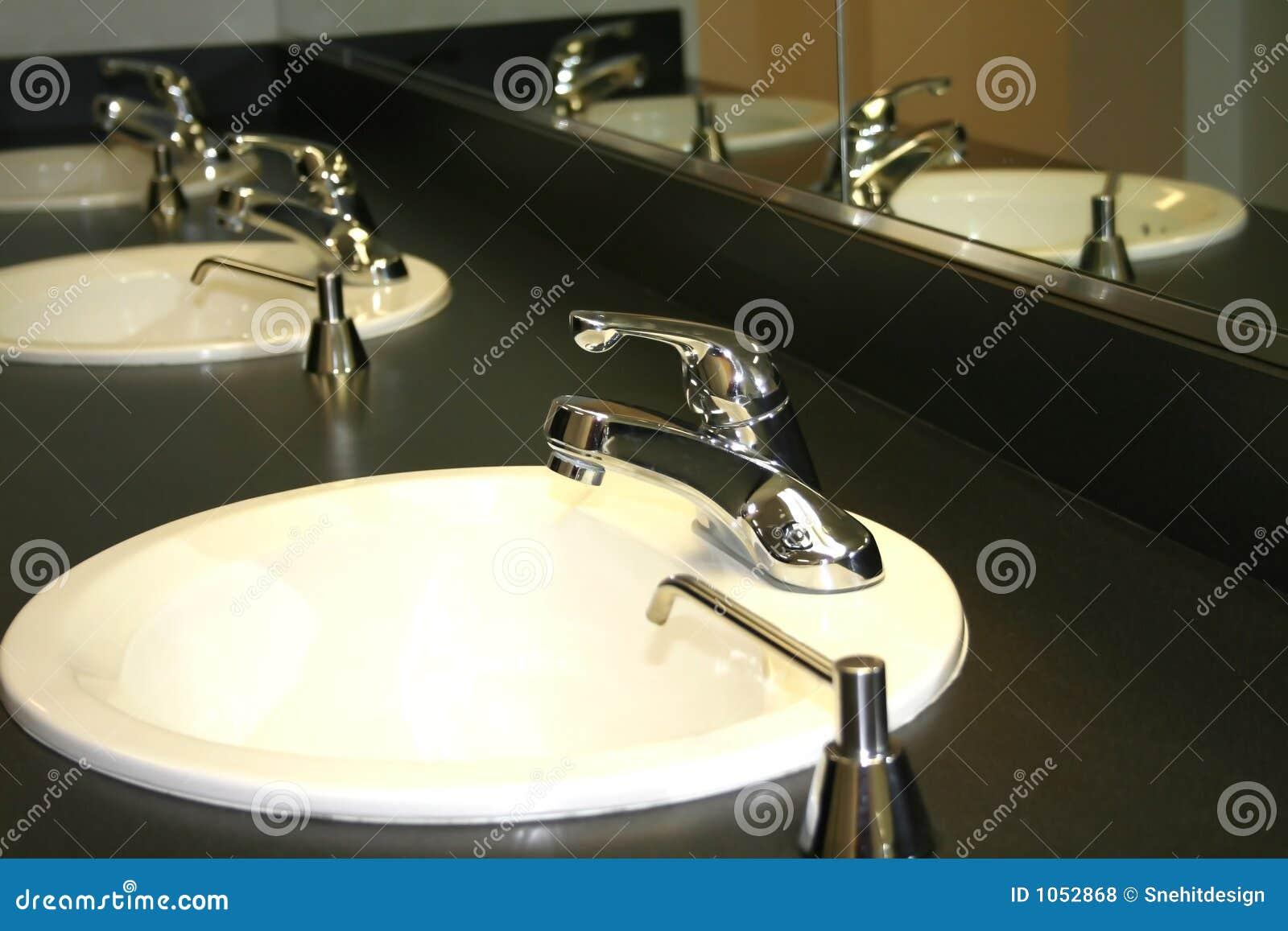 Bacias De Lavagem Do Banheiro Fotos de Stock Royalty Free Imagem  #86AC1F 1300 957