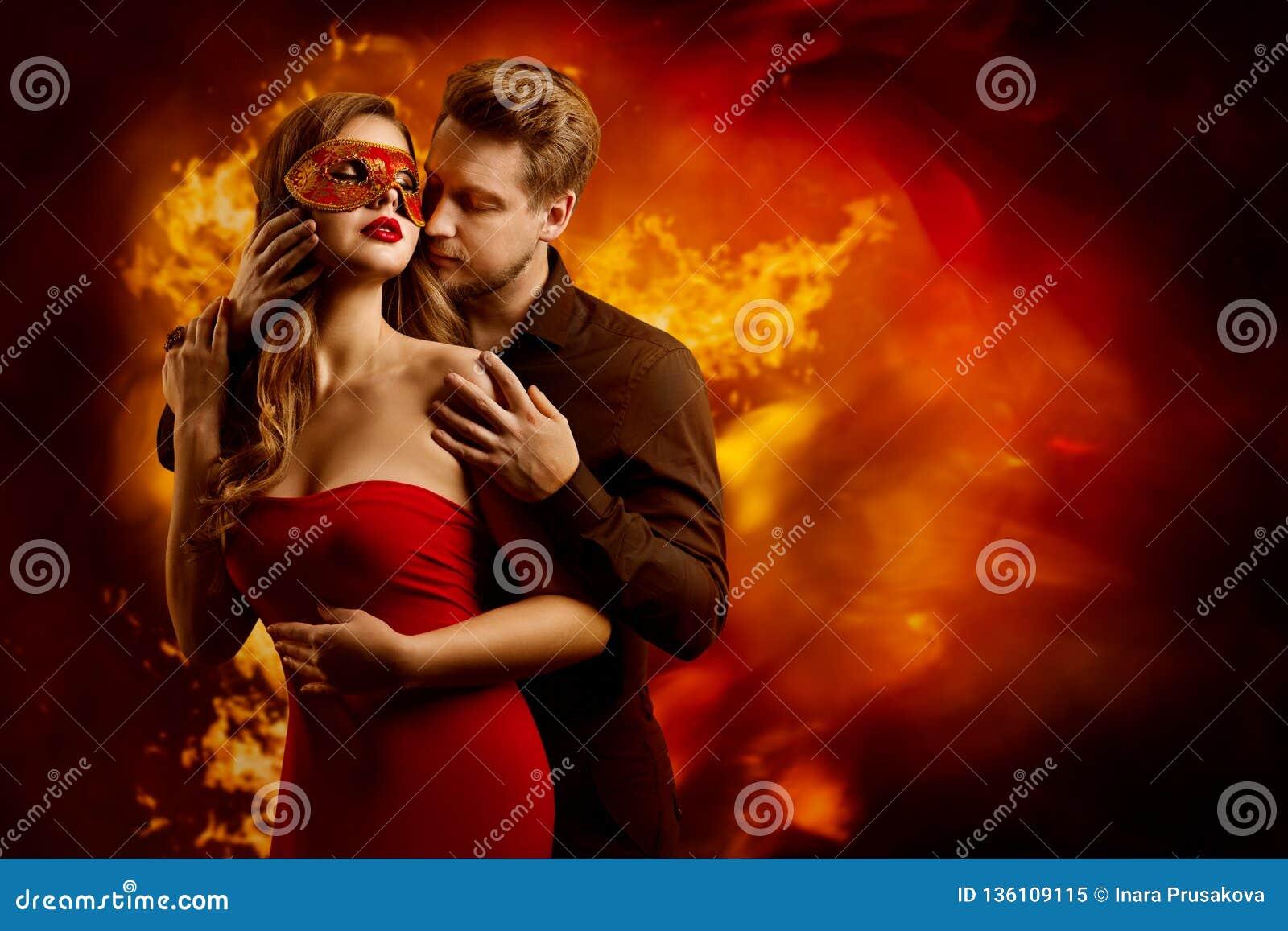 Bacio ardente caldo delle coppie, uomo nell amore che bacia donna nella maschera sexy rossa di fantasia