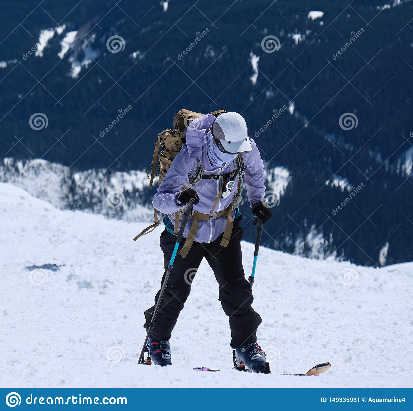 Backcountry που κάνει σκι στο εθνικό ηφαιστειακό μνημείο Αγίου Helens υποστηριγμάτων