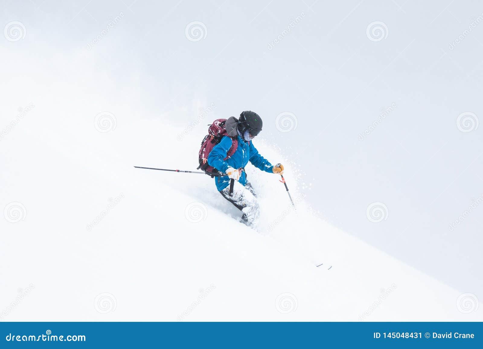 Backcountryskiër omvat in sneeuw op bewolkte dag die in Japan ski?en