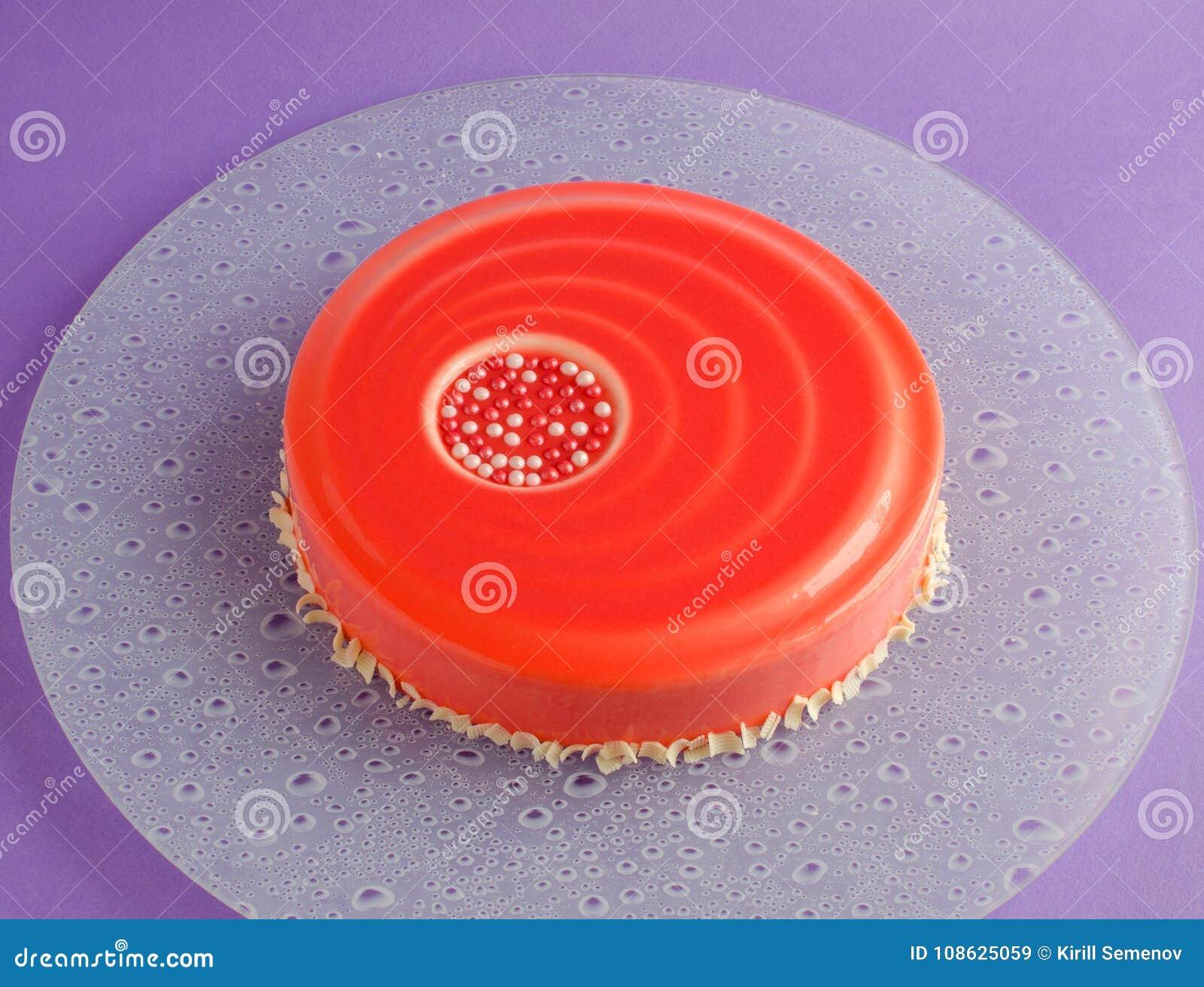 Backen Sie Mit Weisser Schokoladencreme Und Roter Glasur Zusammen