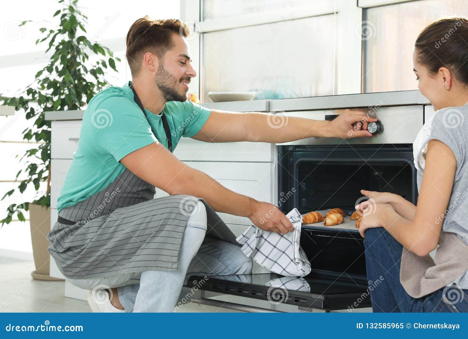Backende Hörnchen der jungen Paare im Ofen